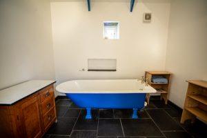 Y Garn Website Garn Isaf bathroom with rolled top bath.jpg